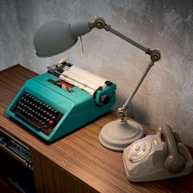 ampe Truman Ideal Lux orientable métal gris mat intérieur émaillé blanc 1xE27, sur un bureau, en chevet elle trouvera facilement